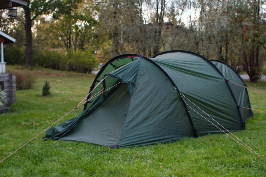 Nuku yö takapihalla teltassa
