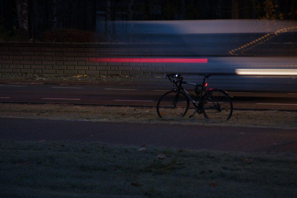 Autojen valoja aamuhämärässä