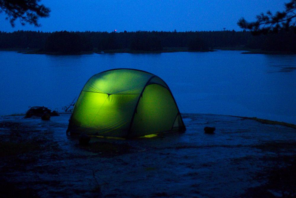 Valaistu teltta rantakalliolla