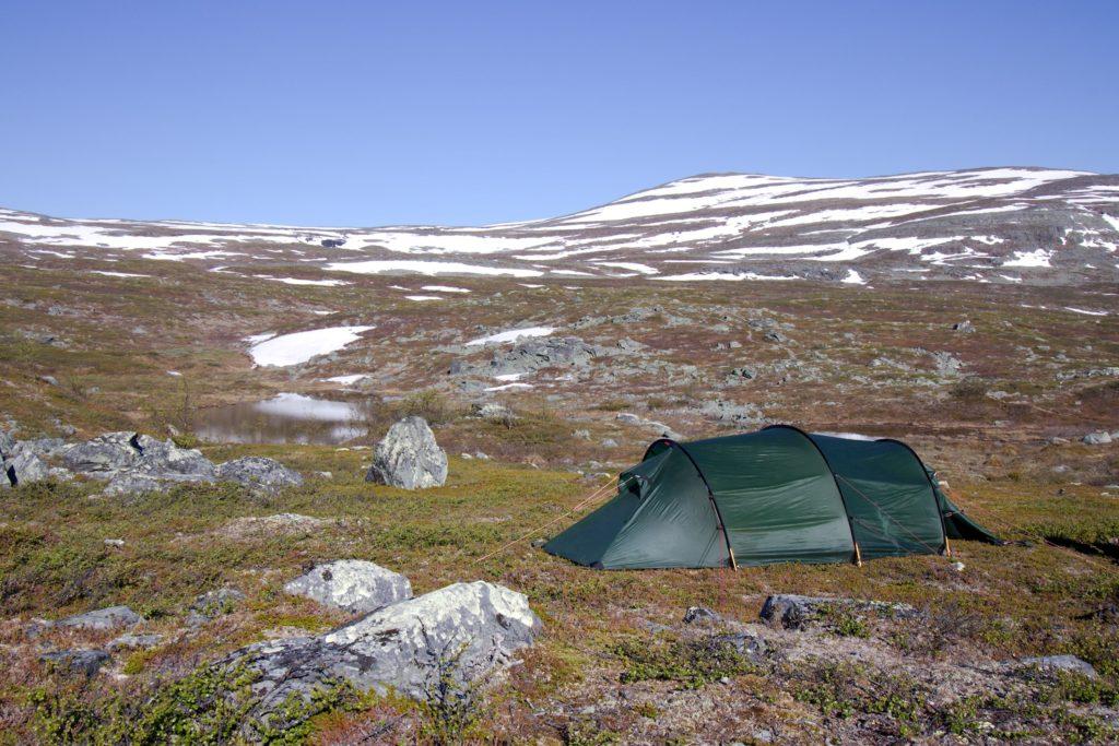 Teltta Possuvaaran kupeessa, pienen lammen vieressä
