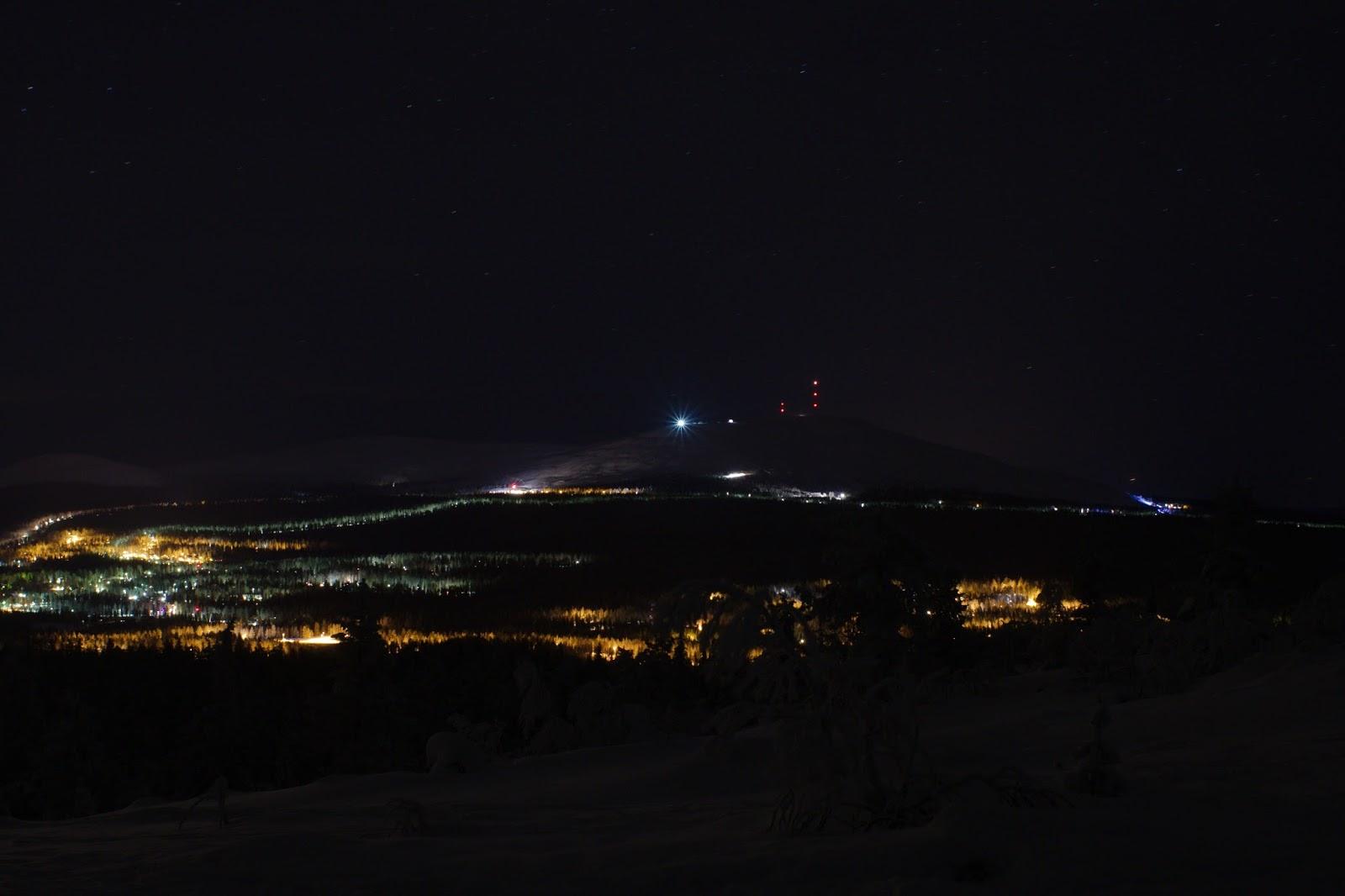 Äkäslompolon kylän valot Kuertunturin päältä nähtynä