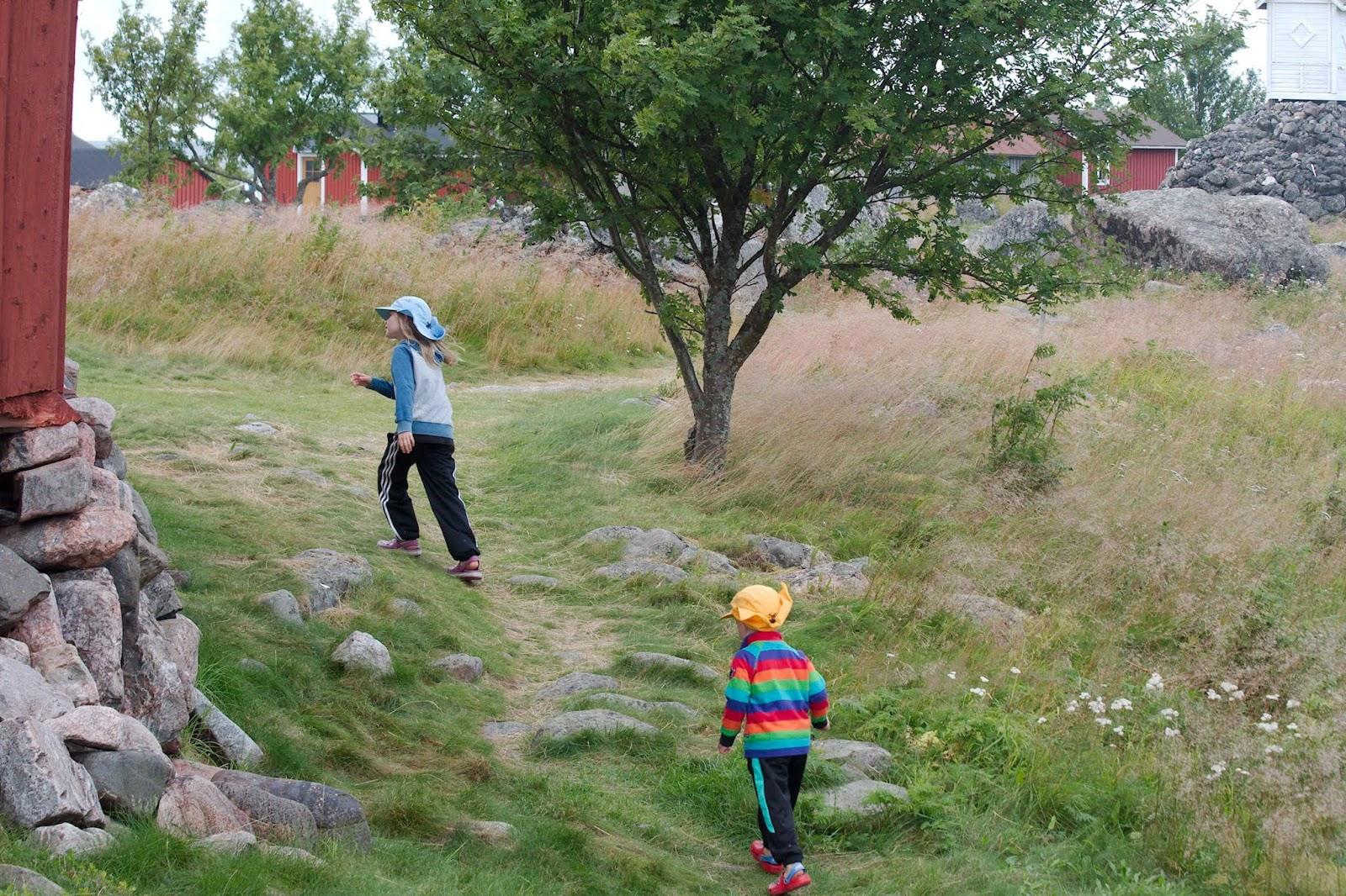 Lapset juoksevat Maakallan polulla