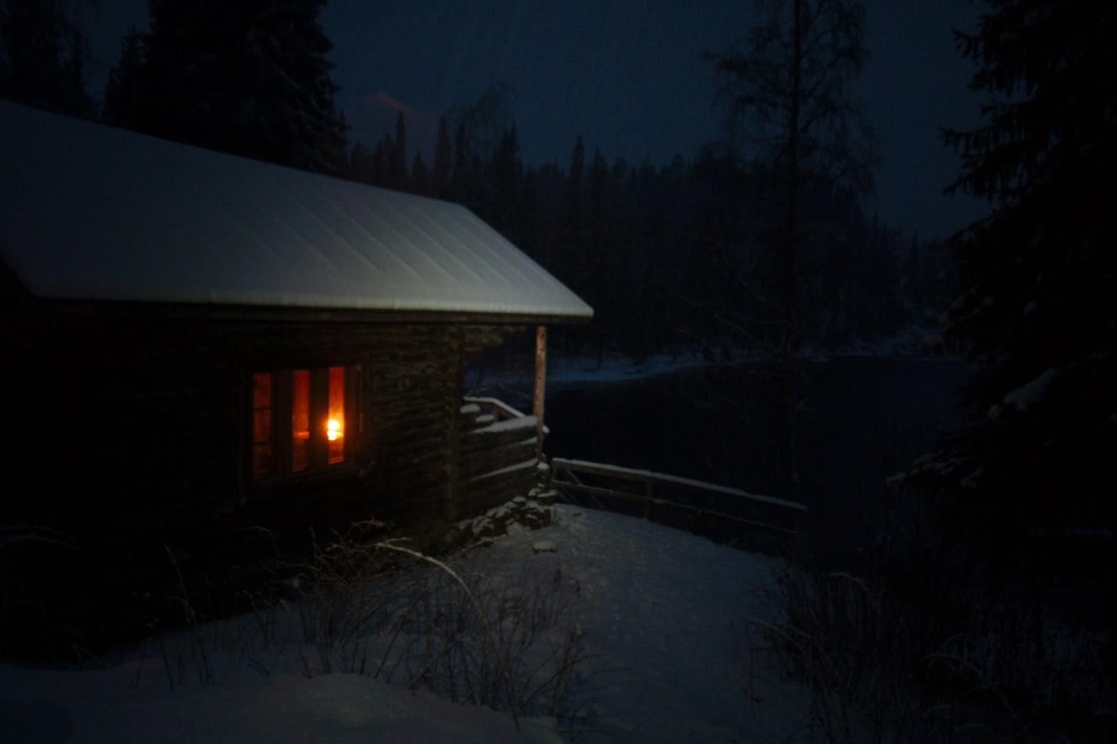 Kynttilän hehku näkyy Siilastuvan ikkunasta