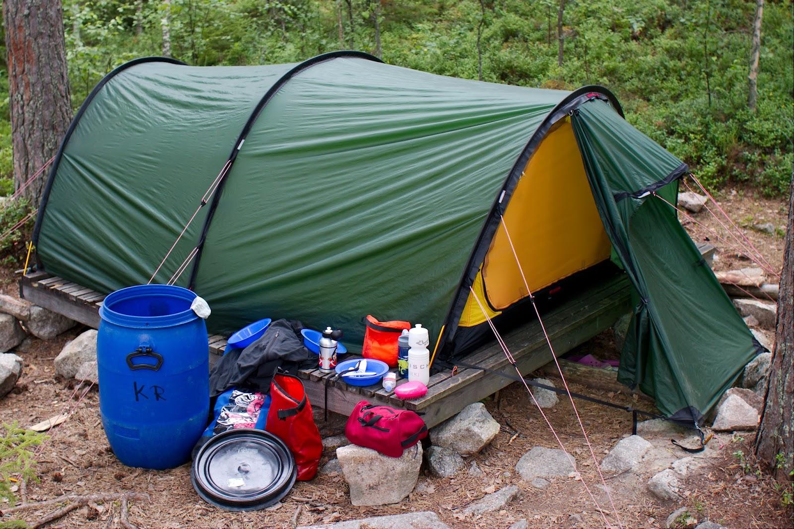 Teltta puulavan päällä kivikkoisella Laajakaarteen leiripaikalla Kolovedellä