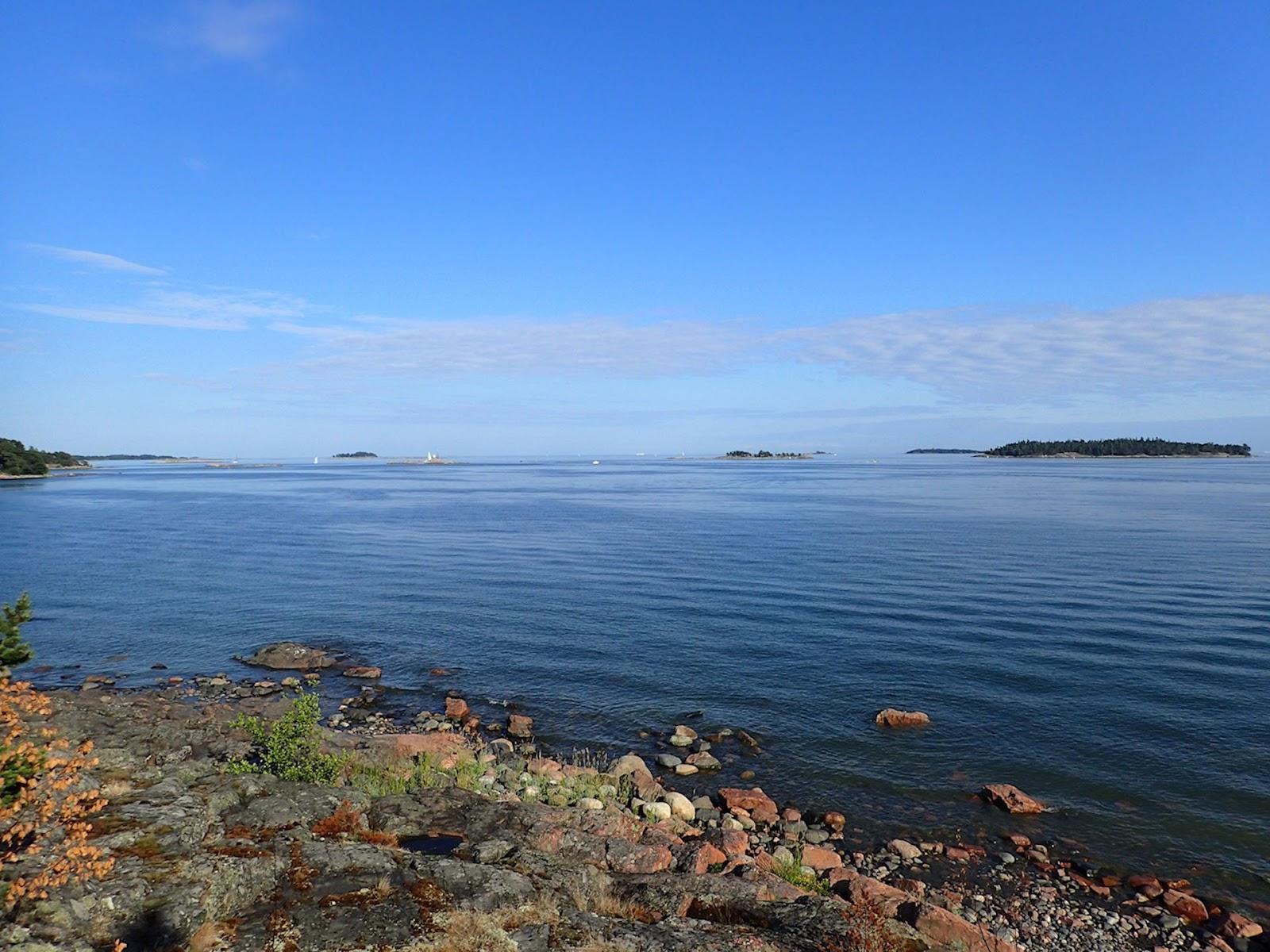 Merelle päivän katsoessa vesi lainehtii sinisenä eikä sinilevää huomaa