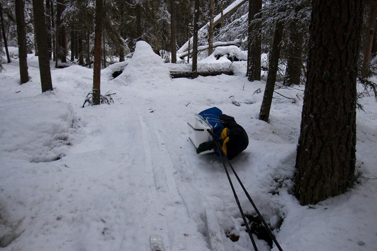vähän lumen peittämät pitkospuut saavat ahkion kaatumaan