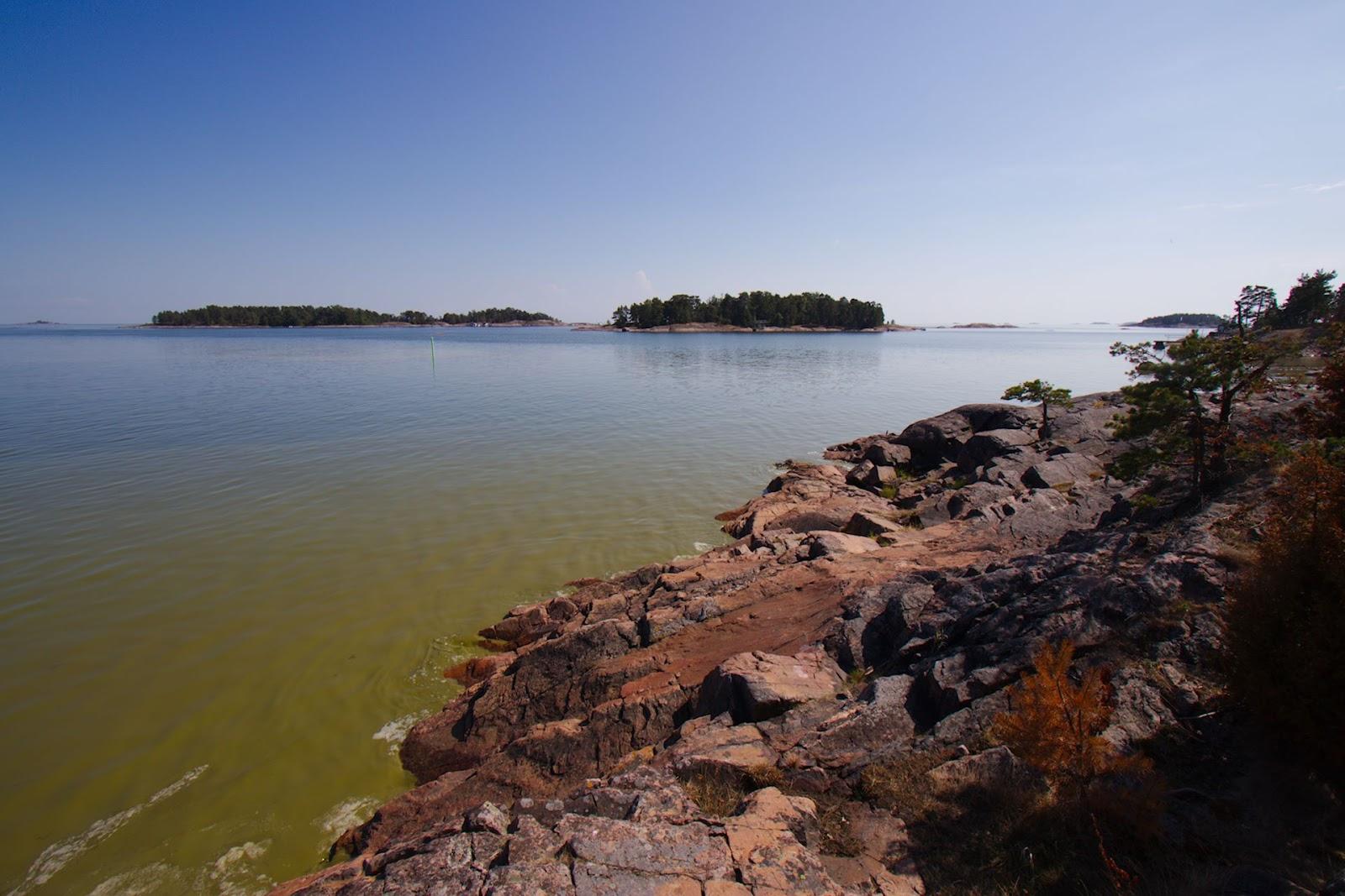 Sinileväinen lahti ja rantakalliota