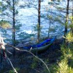 Riippumattoyö Porkkalassa aaltojen kohinaa kuunnellen rauhoitti mielen etätyöviikon jälkeen