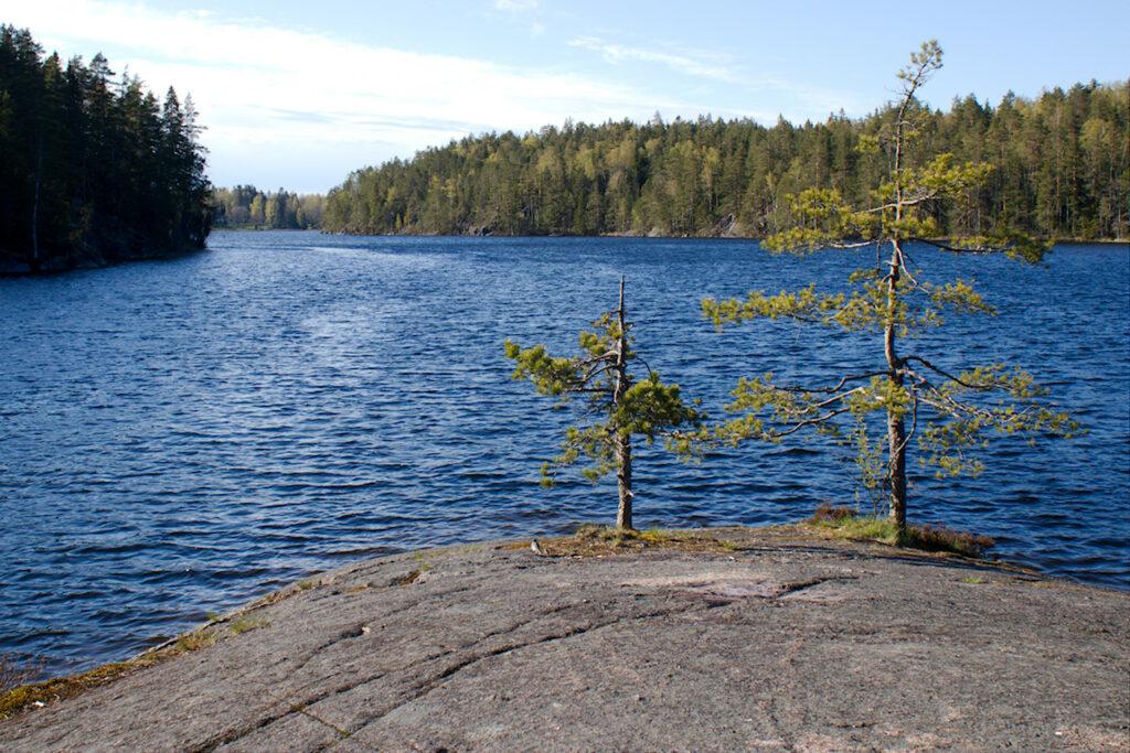 Saarijärven silokalliolta on hieno näkymä järvelle