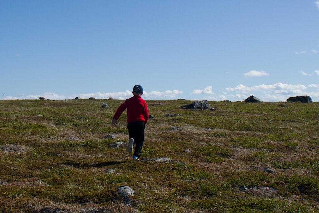 Lapsi juoksee tunturissa