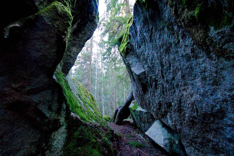 Kivilohkareita Meerlammen luolan vieressä