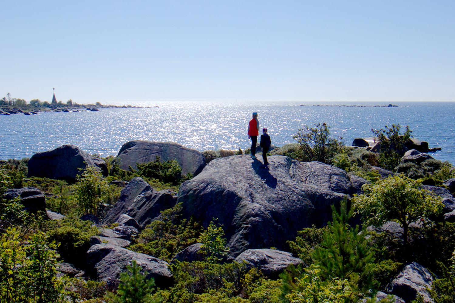 Merikarvian aurinkoinen Ouraluoto – helppo päiväretki saaristoon