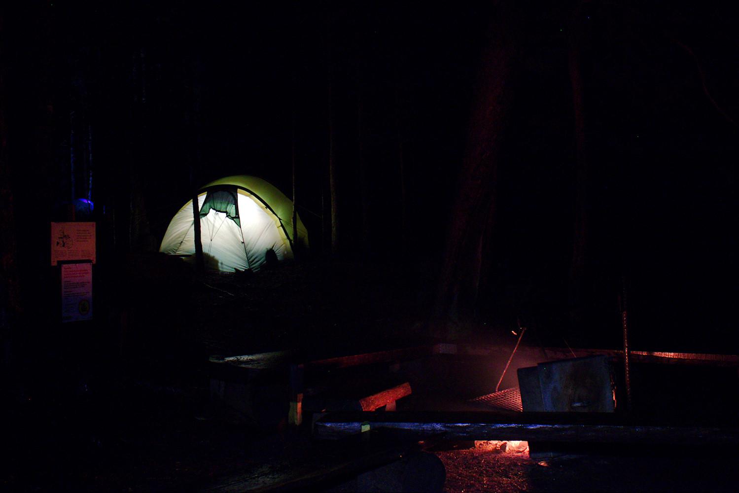 Luutasuon nuotiopaikka ja valaistu teltta
