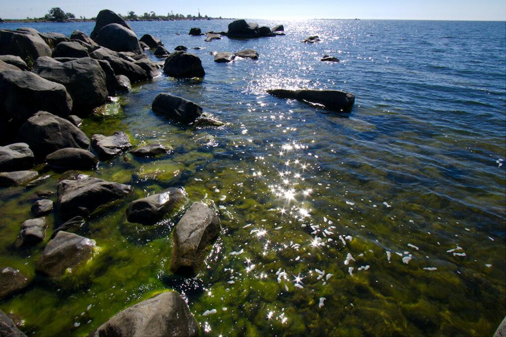 Meri kimmeltää Ouraluodon rannassa