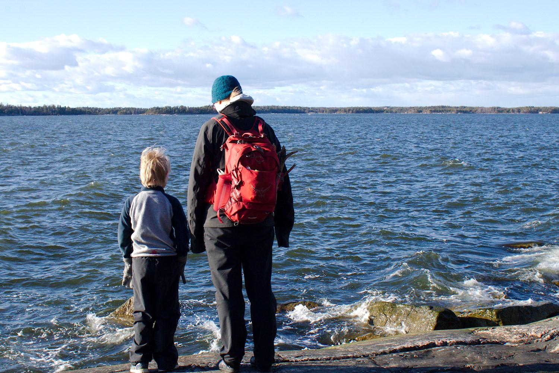 Äiti ja lapsi katsovat merelle