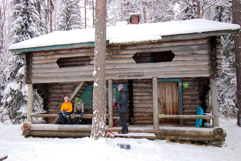Hyypiön kämppä Liesjärvellä -tunnelmallinen talviretkikohde lapsiperheelle