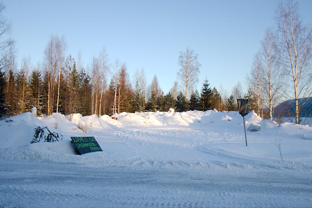 Kaarniaispolun parkkipaikka muutettu lumenkaatopaikaksi